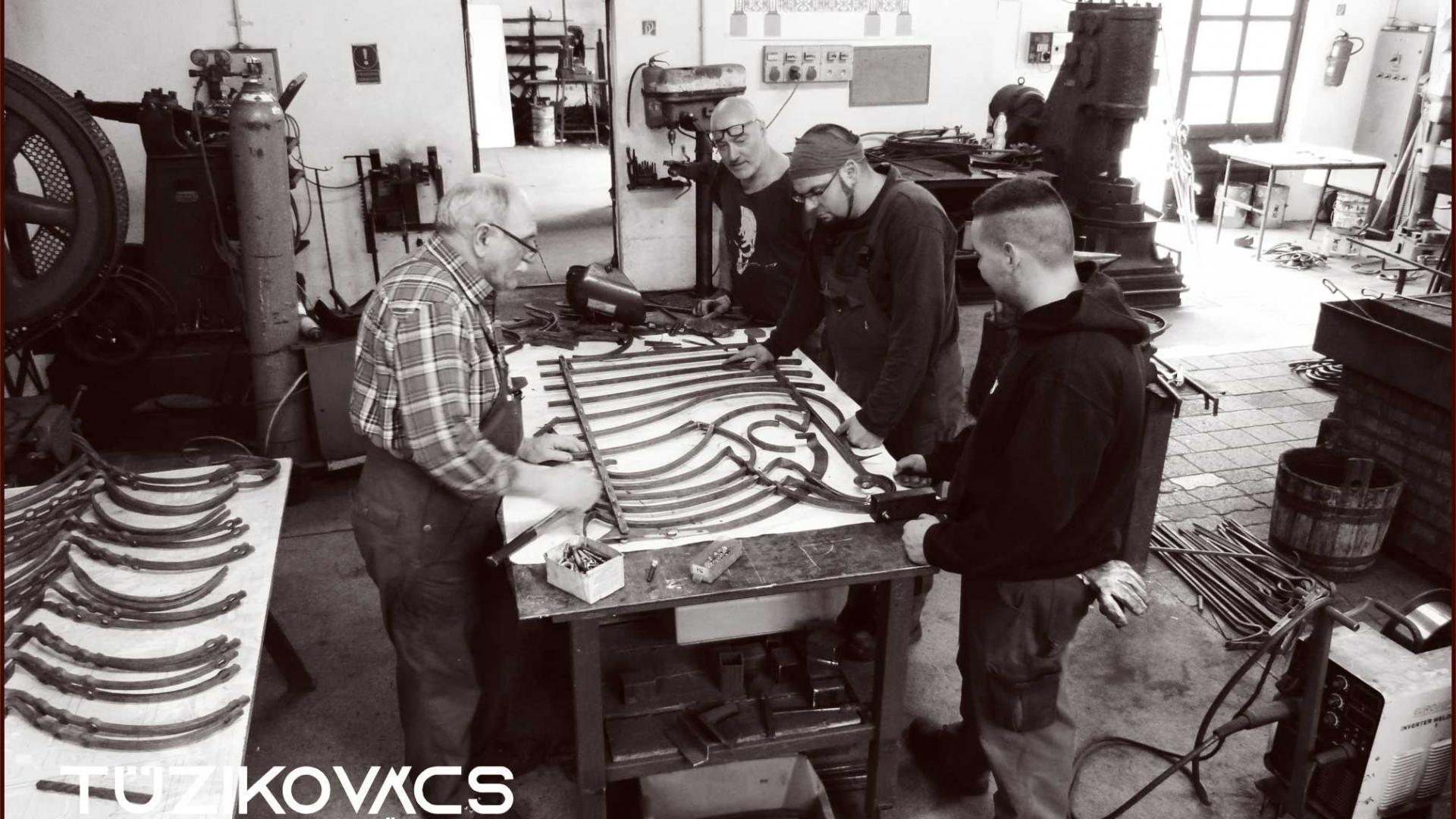 Kovácsmesterek munkában